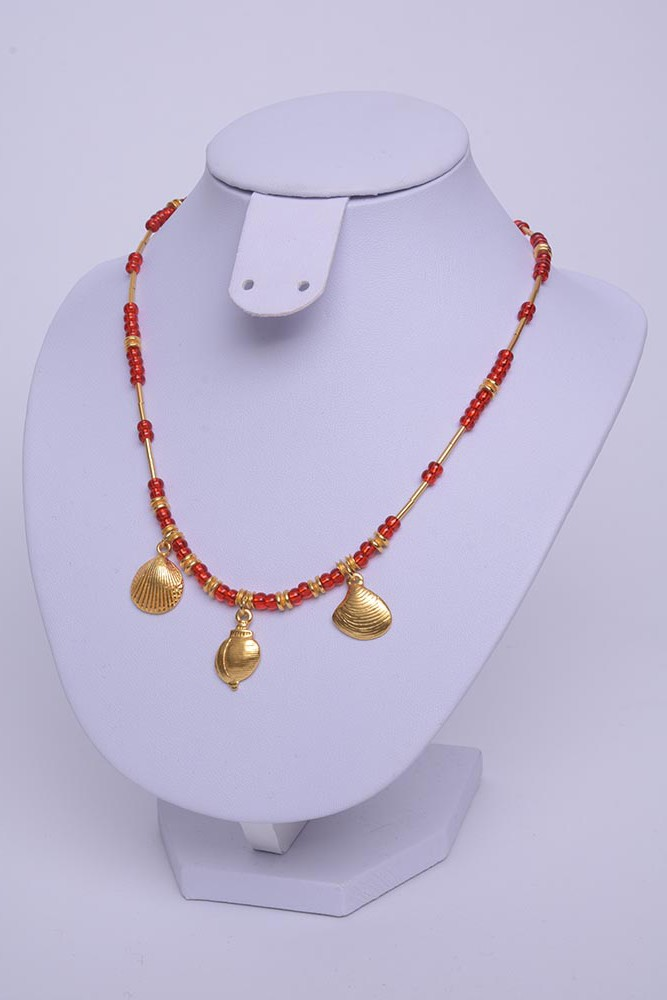 Collier rouge coquilles or