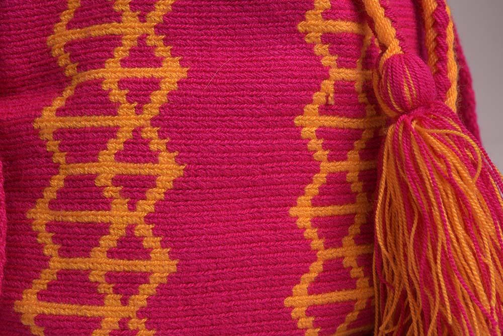 Détail sac mochila Wayuu artisanal fuchsia