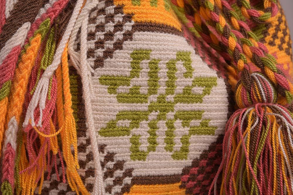Détail sac colombien Wayuu fait main jaune orangé