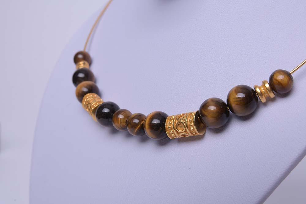 Collier ras du cou ethnique artisanal de Colombie plaqué or et pierres oeil de tigre