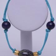 Bracelet ethnique artisanal de Colombie avec cordon en fil de coton bleu et graines d'arbres colombiens