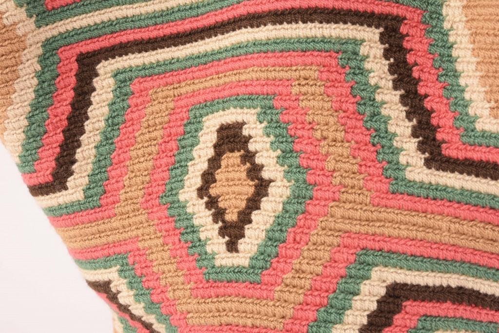 Détail sac cabas ethnique colombien aux couleurs naturelles
