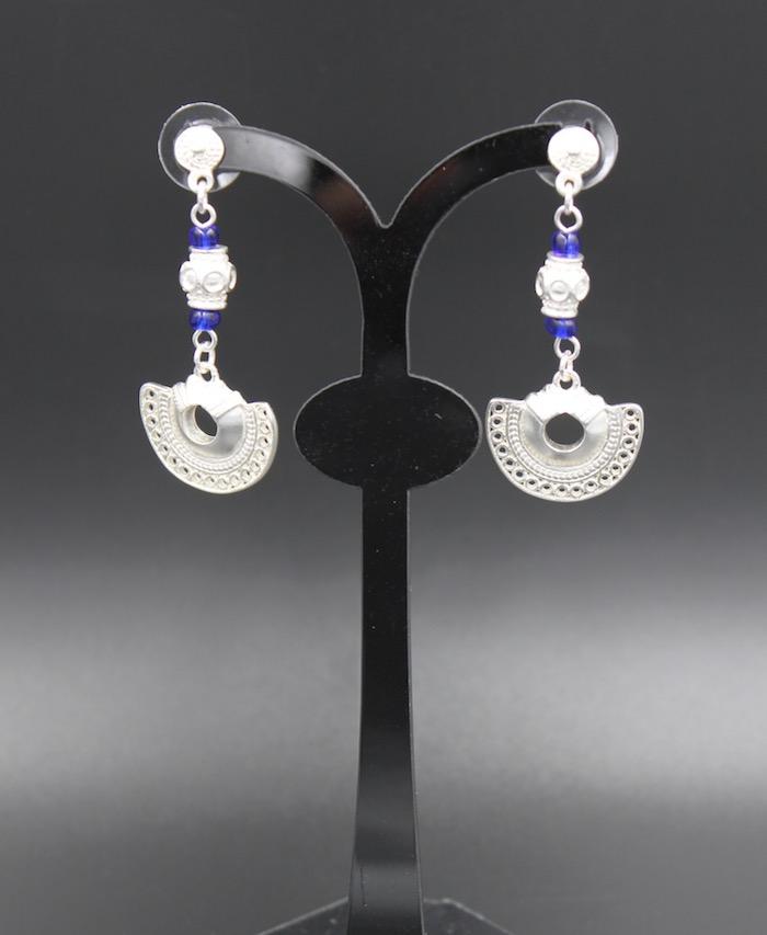 boucles d'oreilles ethniques pendantes artisanales tairona plaqué argent et perles bleues de Colombie