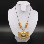 Collier ethnique artisanal tairona pendentif semilunar plaqué or de Colombie