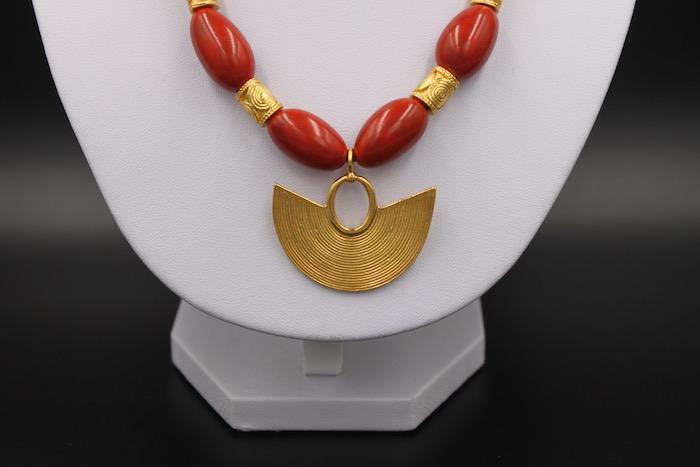 Collier ethnique artisanal Sinu pendentif plaqué or et perles corail de Colombie