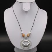 Collier ethnique artisanal Sinu pendentif plaqué argent cordon cuir de Colombie