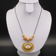 Collier ethnique artisanal Sinu pendentif plaqué or cordon cuir de Colombie