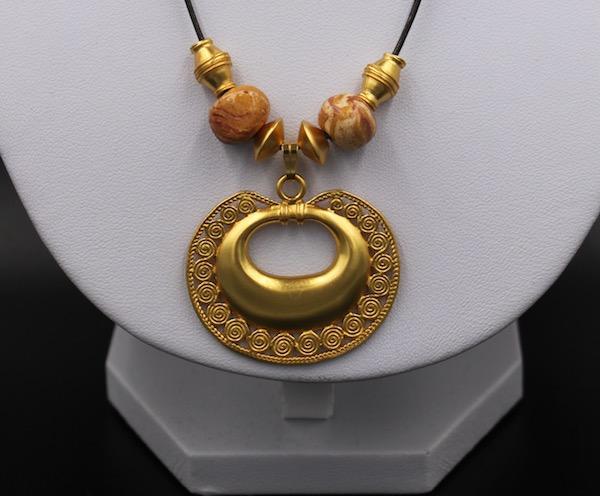 Collier ethnique artisanal Tairona pendentif plaqué or de Colombie
